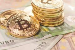 Gouden bitcoin Euro achtergrond Bitcoincryptocurrency Stock Fotografie