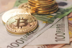 Gouden bitcoin Euro achtergrond Bitcoincryptocurrency Royalty-vrije Stock Fotografie