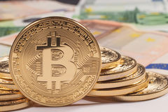 Gouden bitcoin Euro achtergrond Bitcoincryptocurrency Stock Afbeelding
