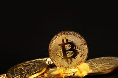 Gouden bitcoin fysieke die muntstukken op zwarte worden geïsoleerd stock fotografie