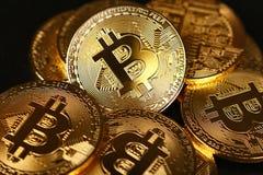 Gouden bitcoin fysieke die muntstukken op zwarte worden geïsoleerd royalty-vrije stock foto