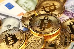 Gouden bitcoin fysieke muntstukken op document munt stock afbeelding