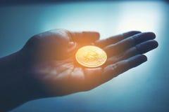 Gouden Bitcoin-munt in honderd dollarsbankbiljetten Virtueel Geld stock afbeelding
