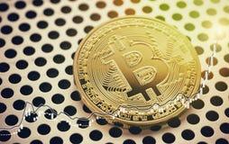 Gouden Bitcoin-muntstuk Grote aantallen Het beeld van het handelconcept stock fotografie