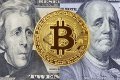 Gouden Bitcoin op de achtergrond van Dollarrekeningen Stock Foto