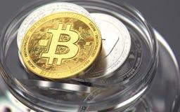 Gouden bitcoin op de bovenkant van cryptocurrenciesstapel die in een kruik wordt gehouden Slechte manieren om cryptocurrenciescon stock foto