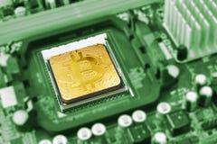 gouden bitcoin op de cpu-contactdoos van motherboard stock foto