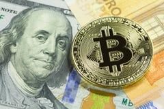 Gouden bitcoin op dollar 100 en euro rekeningen Sluit omhoog beeld Cryptocurrencyconcept Stock Afbeeldingen