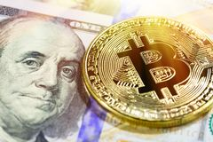 Gouden bitcoin op 100 dollarbankbiljet Sluit omhoog beeld met selectieve nadruk Cryptocurrencyconcept Stock Afbeelding