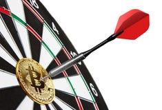 Gouden Bitcoin op een dartboard met pijltje stock afbeelding