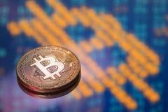 Gouden Bitcoin op gele en blauwe high-tech achtergrond Royalty-vrije Stock Foto's