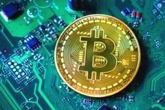 Gouden bitcoin op groene motherboard royalty-vrije stock fotografie