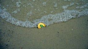 Gouden bitcoin op het strand royalty-vrije stock foto
