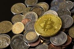Gouden bitcoin over een stapel van muntstukken Stock Fotografie
