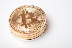 Gouden bitcoincryptocurrency op witte achtergrond Stock Afbeeldingen