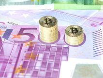 Gouden bitcoinkolom Stock Foto's
