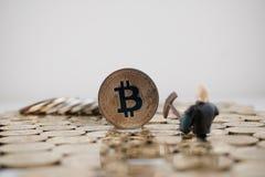 Gouden bitcoinmijnbouw stock foto