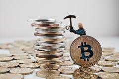 Gouden bitcoinmijnbouw royalty-vrije stock foto