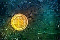 Gouden bitcoinmuntstuk op een kleurrijke kringsraad stock foto