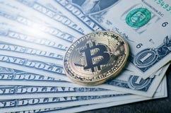 Gouden bitcoinmuntstukken op een document dollarsgeld en een donkere achtergrond met zon Virtuele munt Crypto munt nieuw virtueel Royalty-vrije Stock Foto's