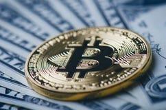Gouden bitcoinmuntstukken op een document dollarsgeld en een donkere achtergrond met zon Virtuele munt Crypto munt nieuw virtueel Royalty-vrije Stock Foto