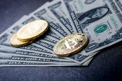 Gouden bitcoinmuntstukken op een document dollarsgeld en een donkere achtergrond met zon Virtuele munt Crypto munt nieuw virtueel Stock Afbeelding