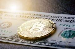 Gouden bitcoinmuntstukken op een document dollarsgeld en een donkere achtergrond met zon Virtuele munt Crypto munt nieuw virtueel Stock Fotografie