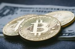 Gouden bitcoinmuntstukken op een document dollarsgeld en een donkere achtergrond met zon Virtuele munt Crypto munt nieuw virtueel Stock Foto