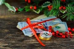 Gouden bitcoinmuntstukken op een document Virtuele munt van het dollarsgeld Royalty-vrije Stock Foto