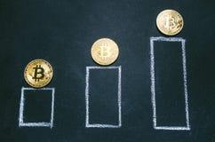 Gouden bitcoinmuntstukken op een donkere achtergrond met grafiek Virtuele munt Crypto munt nieuw virtueel geld Het klusje van het Royalty-vrije Stock Afbeelding