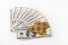 Gouden bitcoins als innovatief elektronisch geld en grootste cryptocurrency wereldwijd comapred aan dollarbankbiljetten het ligge Royalty-vrije Stock Fotografie