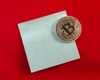 Gouden Bitcoins (digitaal virtueel geld) op sticker en rode backg Stock Afbeeldingen