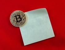 Gouden Bitcoins (digitaal virtueel geld) op sticker en rode backg Stock Foto