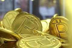 Gouden Bitcoins nieuw virtueel geld Stock Afbeeldingen