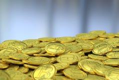 Gouden bitcoins op grijze achtergrond Royalty-vrije Stock Foto's