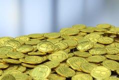Gouden bitcoins op grijze achtergrond Stock Afbeelding