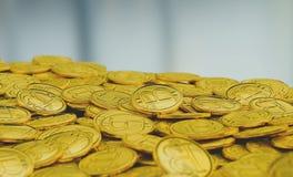 Gouden bitcoins op lege achtergrond Royalty-vrije Stock Foto