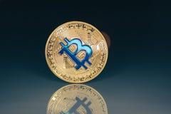 Gouden bitcointribune op de oude close-up van de glaslijst Royalty-vrije Stock Fotografie