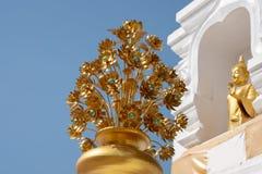 Gouden bloemstandbeeld de boeddhistische tempels van kunstinthai stock fotografie