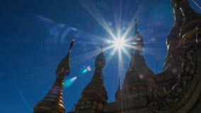 Gouden boeddhistische stupa op de bovenkant van het Onderstel Popa Taung Kalat in Myanmar Stock Foto
