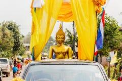 Gouden Boedha in auto op het festival van Paradesongkran in Thailand Stock Foto's