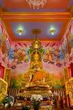 Gouden Boedha in de grote mural zaal Stock Foto's