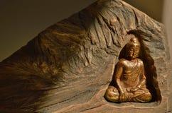 Gouden Boedha die binnen Rots Zen fonkelen stock foto's