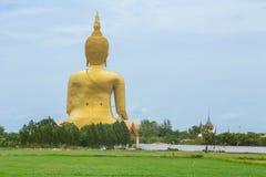 Gouden Boedha in platteland Het grote standbeeld van Boedha in Wat Muang in Angthong Stock Fotografie