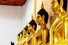 Gouden Boedha in tempel stock fotografie
