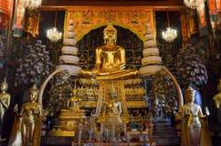 Gouden Boedha in Thaise kerk Stock Foto