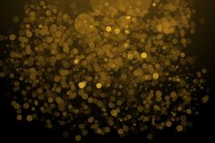 Gouden bokeh op de vage natuurlijke zwarte achtergrond royalty-vrije stock foto's