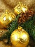 Gouden bol met kegels Stock Fotografie