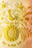 Gouden borduurwerk op een stof stock fotografie