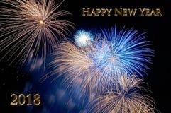 Gouden brieven Gelukkig nieuw jaar 2018 en flitsen van vuurwerk Stock Foto